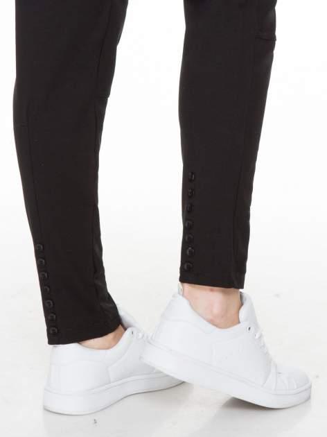 Czarne spodnie dresowe z guziczkami na nogawkach                                  zdj.                                  6