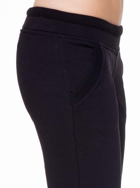 Czarne spodnie dresowe z guziczkami przy ściągaczu                                  zdj.                                  5