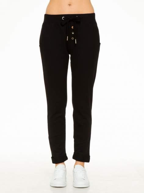 Czarne spodnie dresowe z guzikami wiązane w pasie                                  zdj.                                  4