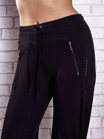 Czarne spodnie dresowe z kieszeniami i przeszyciami PLUS SIZE                                  zdj.                                  4