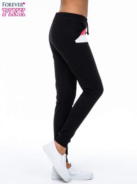 Czarne spodnie dresowe z kolorową wstawką                                  zdj.                                  3