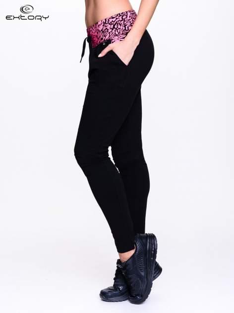 Czarne spodnie dresowe z koralowym pasem w panterkę                                  zdj.                                  3