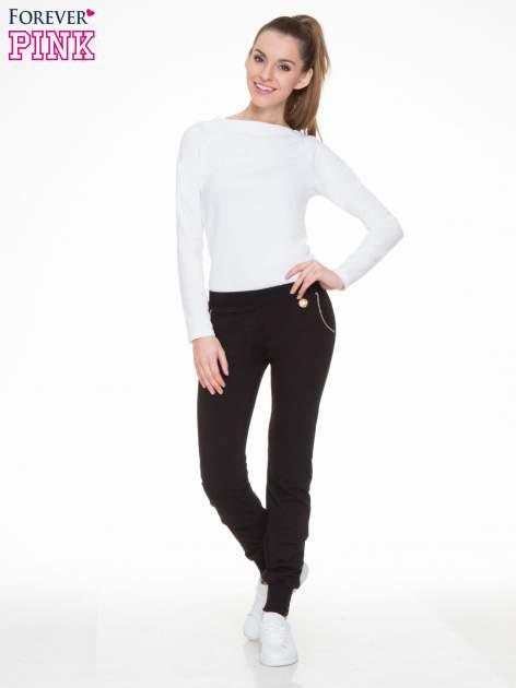Czarne spodnie dresowe z łańcuszkami przy kieszeniach                                  zdj.                                  2