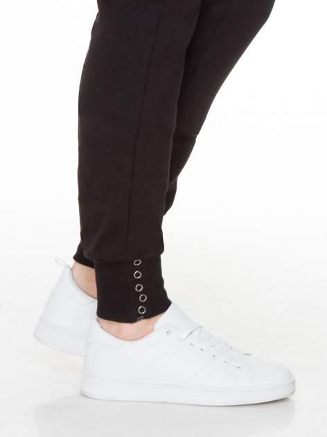 Czarne spodnie dresowe z łańcuszkami przy kieszeniach                                  zdj.                                  6
