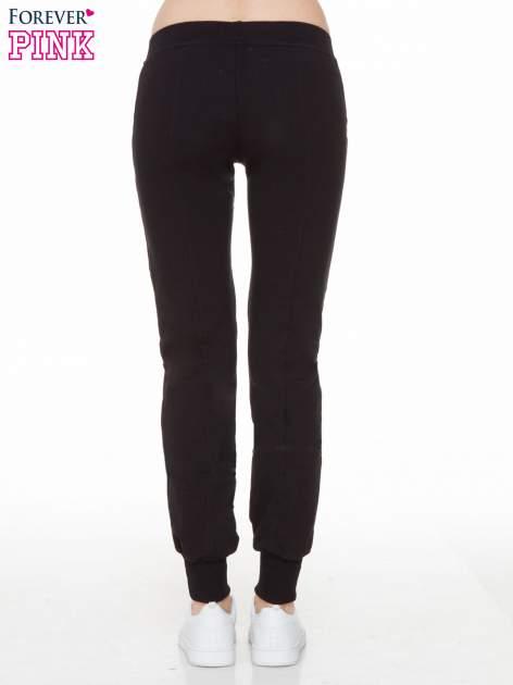 Czarne spodnie dresowe z łańcuszkami przy kieszeniach                                  zdj.                                  3