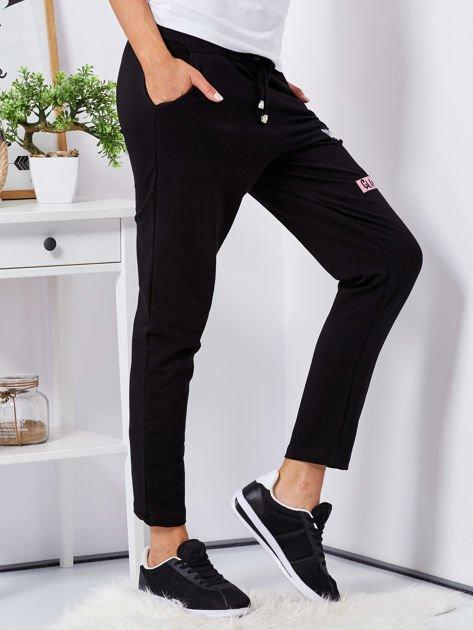 Czarne spodnie dresowe z naszywkami                                  zdj.                                  3