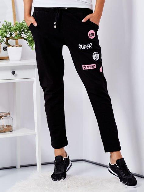 Czarne spodnie dresowe z naszywkami                                  zdj.                                  1