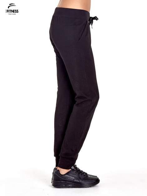 Czarne spodnie dresowe z nogawką ze ściągaczem                                  zdj.                                  2