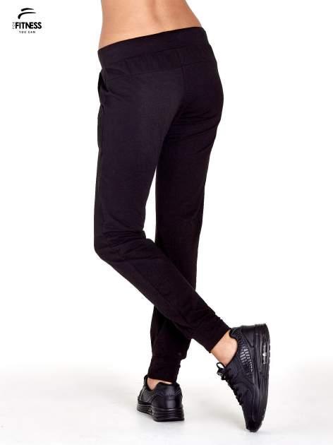 Czarne spodnie dresowe z nogawką ze ściągaczem                                  zdj.                                  3