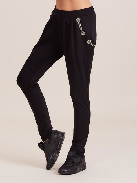 Czarne spodnie dresowe z ozdobnymi kieszeniami                              zdj.                              1