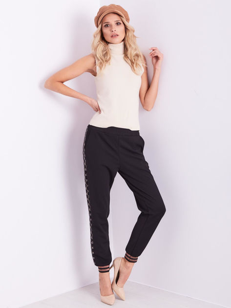 Czarne spodnie dresowe z ozdobnymi lampasami                              zdj.                              1