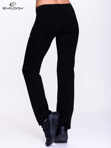 Czarne spodnie dresowe z siateczką                                  zdj.                                  2
