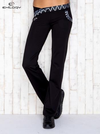 Czarne spodnie dresowe z srebrnymi wstawkami                                  zdj.                                  1
