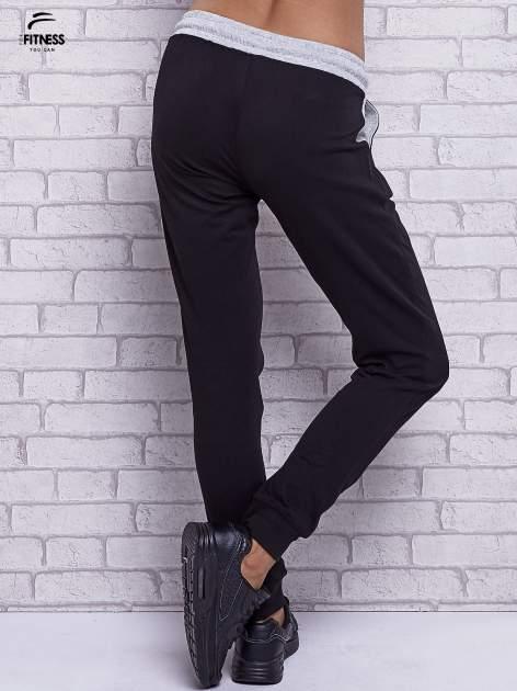 Czarne spodnie dresowe z szarymi wstawkami                                  zdj.                                  2