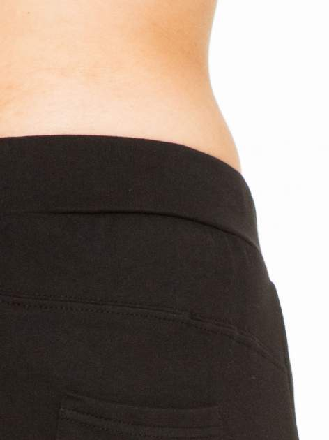 Czarne spodnie dresowe z wywijanymi nogawkami                                  zdj.                                  5