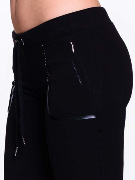 Czarne spodnie dresowe ze skórzaną lamówką                                  zdj.                                  6