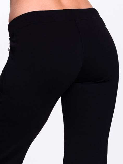 Czarne spodnie dresowe ze skórzaną lamówką                                  zdj.                                  7