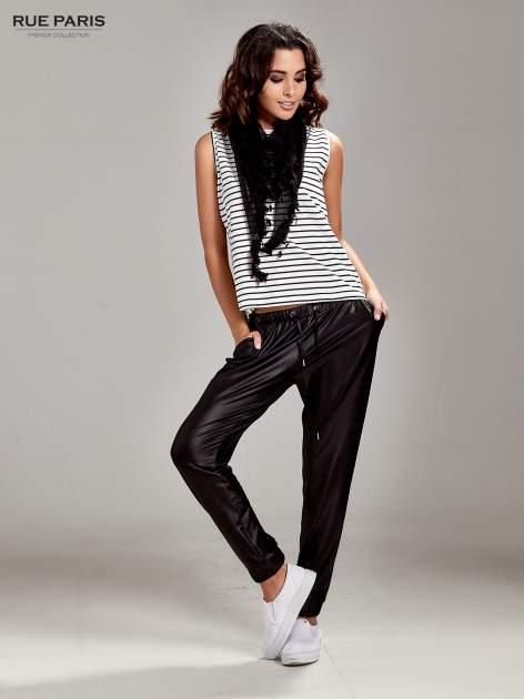 Czarne spodnie dresowe ze zwężanymi nogawkami z efektem połysku                                  zdj.                                  2
