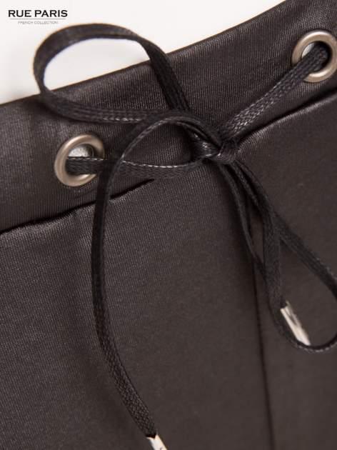 Czarne spodnie dresowe ze zwężanymi nogawkami z efektem połysku                                  zdj.                                  5