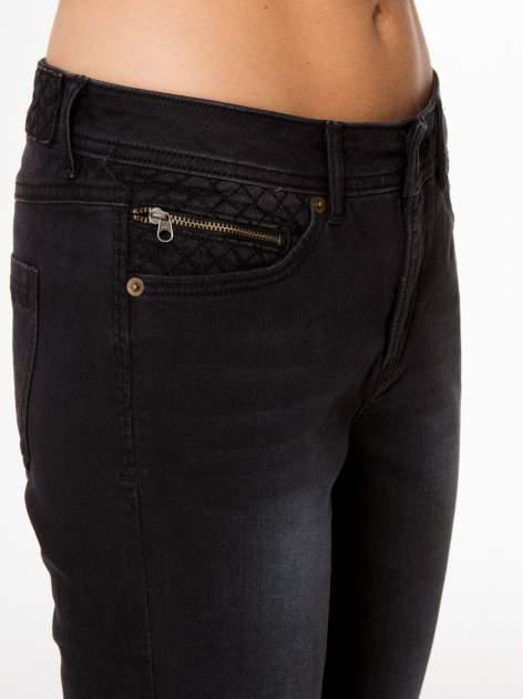 Czarne spodnie jeansowe rurki                                  zdj.                                  7