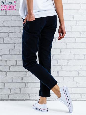 Czarne spodnie regular jeans z łańcuszkiem                                  zdj.                                  2