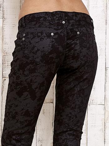 Czarne spodnie rurki we wzór abstract                                  zdj.                                  6