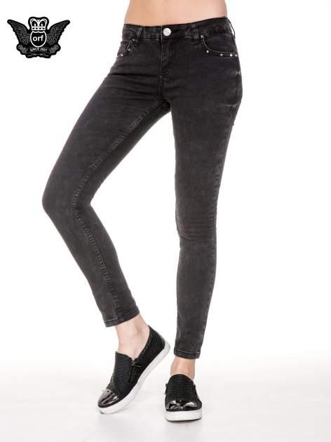 Czarne spodnie skinny jeans z dżetami przy kieszeniach