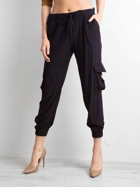 Czarne spodnie z kieszeniami i wiązaniem                              zdj.                              1