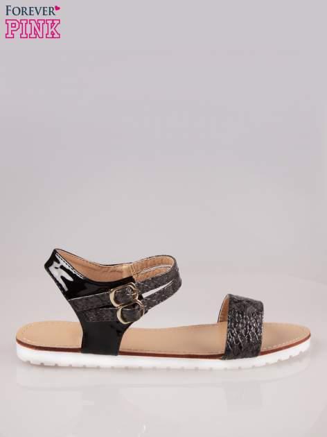 Czarne wężowe płaskie sandały z podwójną klamrą