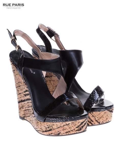 Czarne wężowe sandały z paskami na korkowym koturnie                                  zdj.                                  2
