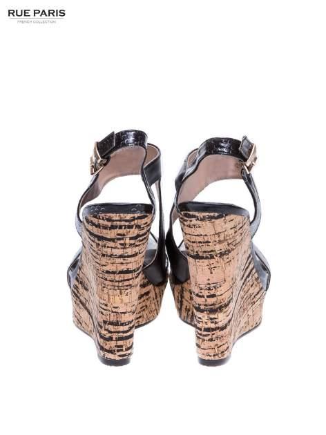 Czarne wężowe sandały z paskami na korkowym koturnie                                  zdj.                                  3