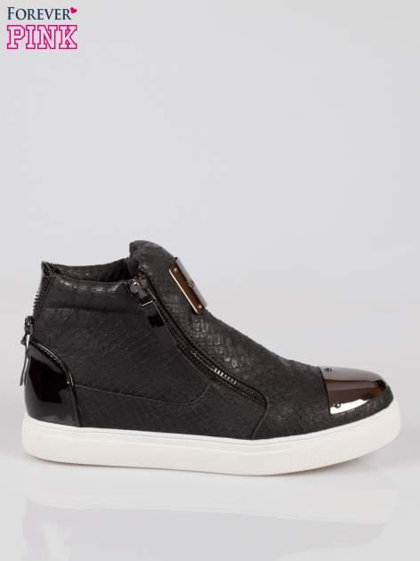 Czarne wężowe sneakersy z blaszką na nosku Charm                                  zdj.                                  1