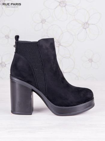 Czarne zamszowe botki na wysokim słupku i ozdobą na tyle buta                                  zdj.                                  1