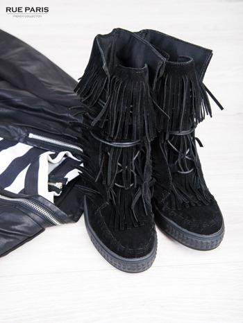 Czarne zamszowe sneakersy Aravia z frędzelkami na koturnach                                  zdj.                                  1