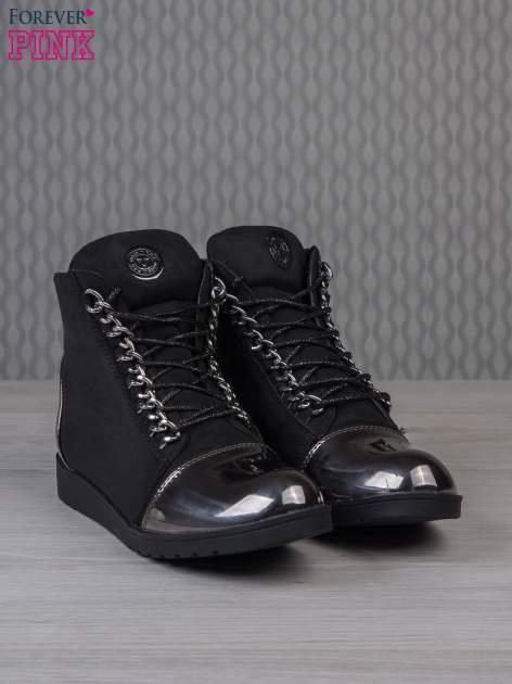 Czarne zamszowe sneakersy z lustrzanymi elementami                                  zdj.                                  2