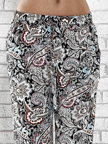 Czarne zwiewne spodnie alladynki we wzór kwiatowy                                  zdj.                                  5