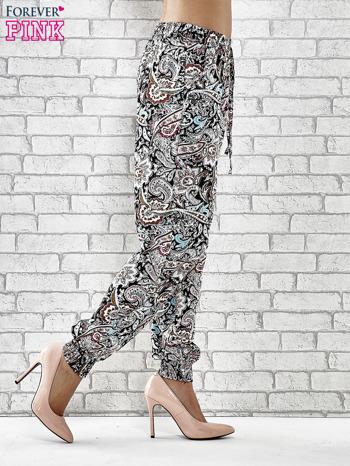Czarne zwiewne spodnie alladynki we wzór kwiatowy                                  zdj.                                  3