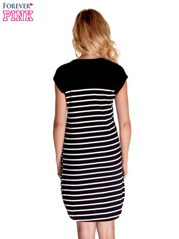 Czarno-biała sukienka w paski z napisem w stylu city                                  zdj.                                  2