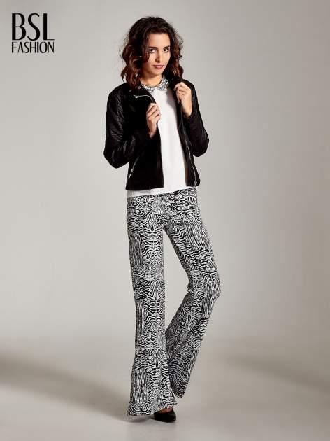 Czarno-białe wzorzyste spodnie typu dzwony                                  zdj.                                  2