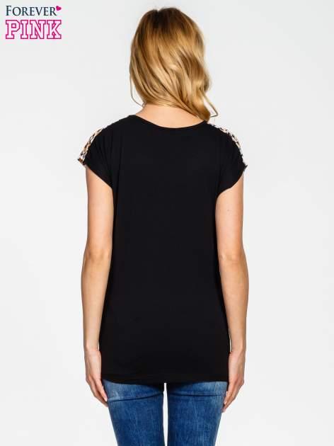 Czarno-biały t-shirt z geometrycznym nadrukiem                                  zdj.                                  2