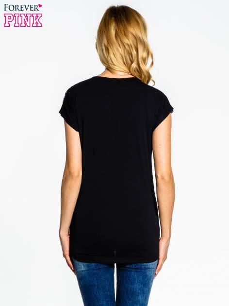 Czarno-biały t-shirt z nadrukiem kokardek                                  zdj.                                  4