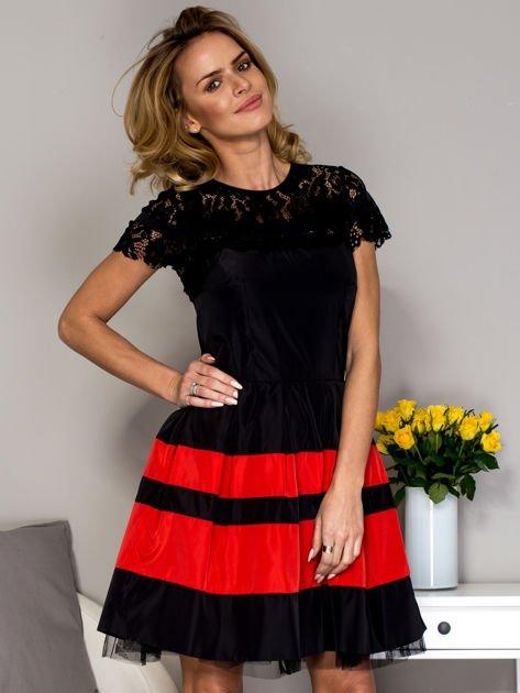 Czarno-czerwona sukienka ze spódnicą w pasy                              zdj.                              1