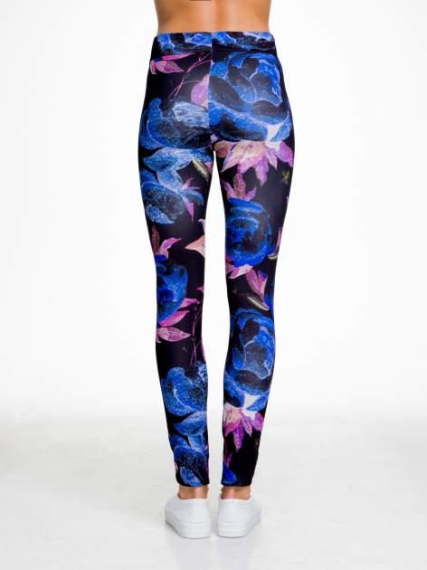 Czarno-niebieskie legginsy w abstrakcyjny wzór                                  zdj.                                  5