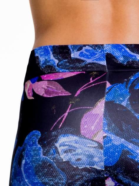 Czarno-niebieskie legginsy w abstrakcyjny wzór                                  zdj.                                  7