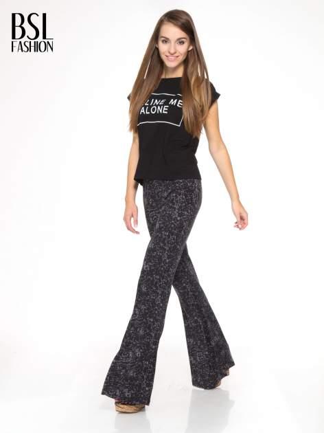 Czarno-szare wzorzyste spodnie typu dzwony                                  zdj.                                  2