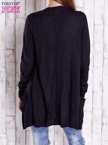 Czarny długi niezapinany sweter z kieszeniami                                  zdj.                                  4