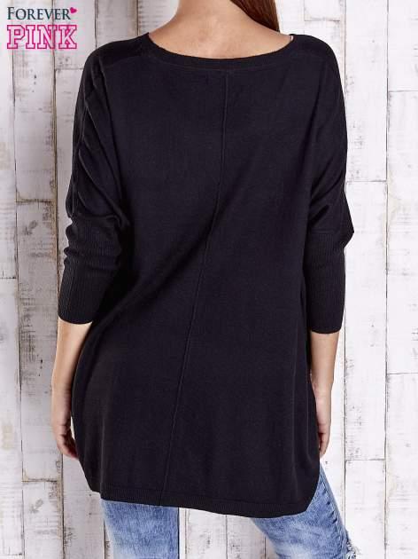 Czarny długi sweter oversize z nietoperzowymi rękawami                                  zdj.                                  4