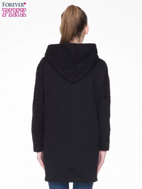 Czarny dresowy płaszcz z kapturem i kieszeniami                                  zdj.                                  4