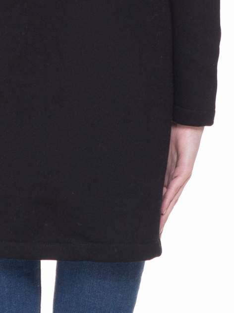 Czarny dresowy płaszcz z kapturem i kieszeniami                                  zdj.                                  7