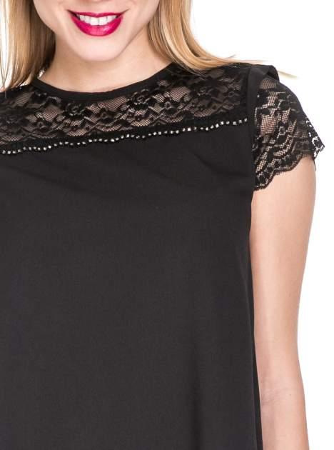 Czarny elegancki t-shirt z koronkową górą o kroju dzownka                                  zdj.                                  5